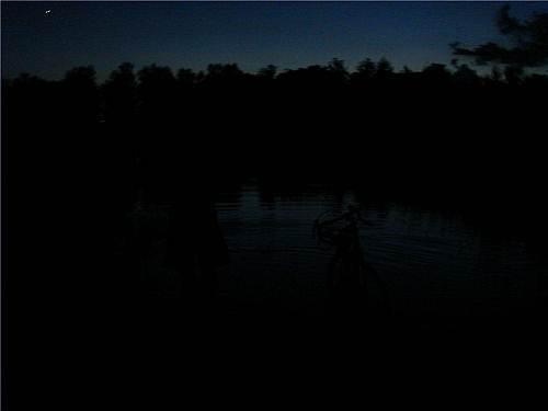 视察洪水(左起第一位是我,第二位是我的自行车)